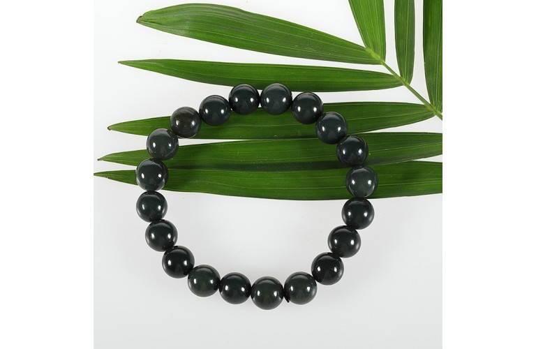 Un bracelet de jade de style classique composé de perles de jade vert. d5a90b869eb8